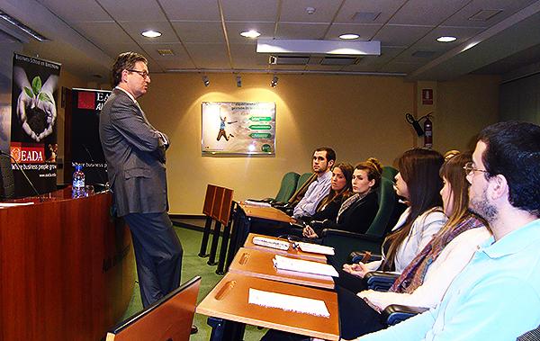 Luciano Conde durante la conferencia con los participantes del Master Superior en Marketing Farmacéutico (EADA)