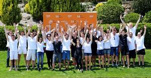 Foto de grupo de los participantes de las diferentes promociones del master que se desplazaron a Collbató para asistir a los actos de celebración del décimo aniversario del programa.