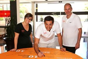 De izquierda a derecha, los representantes de EADA Ariadna Moix, Jordi Díaz y Nigel Hayes, que también firmaron en una tabla conmemorativa del décimo aniversario del master.