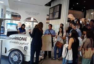 Los participantes visitaron Danone y conocieron a través de la brand manager de la sección de yogurterías la nueva apuesta de la marca por este sector al alza.