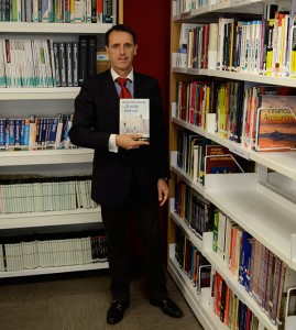 El profesor Eric Viardot fotografiado en la biblioteca de EADA con su último libro.