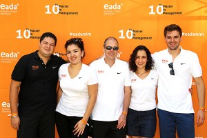 El director del Master in Management de EADA, Nigel Hayes, en el centro junto a varios graduados.