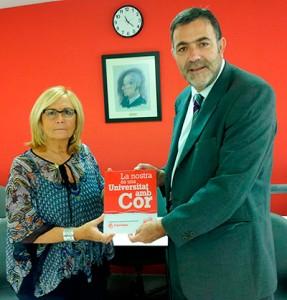 Imagen del pasado mes de julio cuando Montse Padilla, secretaria general de Càritas Diocesana de Barcelona, entregó a Miquel Espinosa, director general de EADA, la placa de