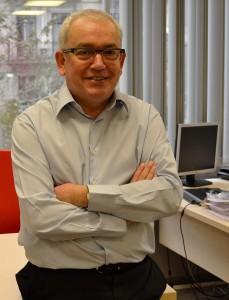 Rafael Sambola, fotografiat al seu despatx d'EADA.