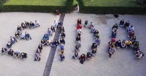 En la imagen, varios estudiantes representando el logo de EADA en el campus de Collbató.
