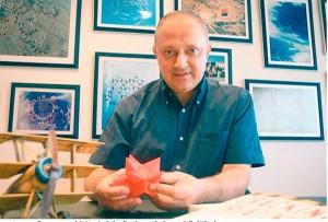 """Ponti posa l'exemple de Metalquimia pel seu famós procés de """"creativació"""". A la foto, el seu director general, Josep Lagares, qui s'inspira manipulant un """"Ball of Whacks"""". (FOTO: Manel Lladó / L'Econòmic)"""