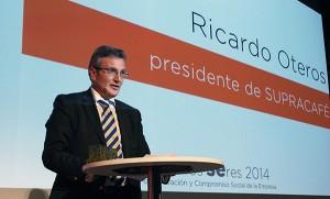 El presidente de Supracafé, Ricardo Oteros, en el momento en que recogió el galardón.