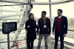 El estudiante de EADA Mateo Pereira (derecha) en la edición del año pasado presentando junto a los otros dos componentes del equipo su proyecto en el London Eye de Londres.