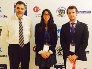 Pol Moragas en S'Agaró junto a la otra estudiante de EADA, María Briones, y el director general de EADA, Miquel Espinosa.