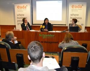 De izquierda a derecha, Ernesto Poveda, presidente de ICSA Grupo y director del informe, la Dra. Aline Masuda, profesora de EADA y colaboradora del informe, y Giorgia Miotto, directora de Relaciones Externas y Comunicación de EADA.