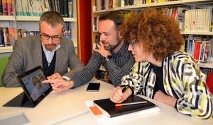 De izquierda a derecha, los profesores de EADA Ramon Costa y Lluís Rosés junto a la directora de EADA Alumni, Eva García, revisando las conclusiones de su investigación sobre las habilidades digitales de los directivos.