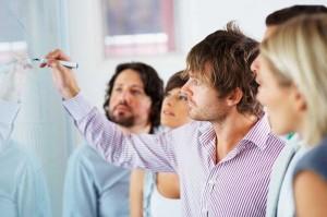 Viardot incide en la autoridad que debe tener un líder para superar la resistencia inicial al cambio que suelen tener los empleados.
