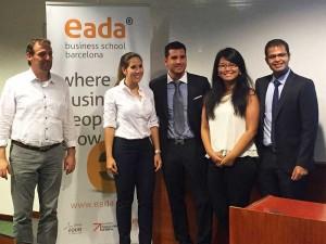 Antony Poole (izquierda), tutor del proyecto y profesor del Departamento de Marketing, Operaciones y Supply de EADA, de Operaciones, junto a los integrantes del equipo del proyecto 'Radiantouchable': Michelle Lafaurie (Colombia), Eduardo Lagarda (España) Julissa Espinoza (Perú) y Sunny Sharma (India).