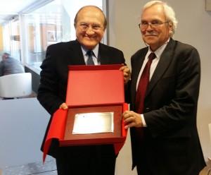David Parcerisas, presidente del Patronato de la Fundación EADA, entregó hace unos días a Fernando d'Alessio, director general de CENTRUM Católica de Perú, una placa conmemorativa por el 15 aniversario de la institución.