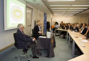 el ponente defendió la creación de bancos éticos que no emitan deuda ni participen en burbujas financieras.