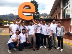 En la imagen vemos a César junto a sus compañeros de clase en el campus de COllbató, sosteniendo la E de EADA.