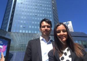 César junto a una compañera de master cuando visitaron el año pasado el Banco Central Europeo.