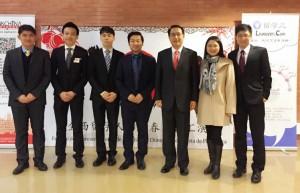 El estudiante de EADA Yang Fan, el cuarto por la izquierda, junto al embajador de China en España, la representante de la Oficina de Asuntos Educativos de la Embajada y el cónsul de China en Barcelona.