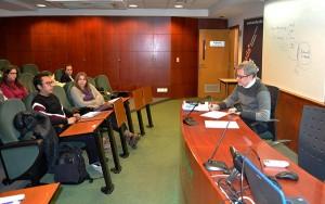 En la imagen vemos a Miquel Roselló simulando una entrevista por competencias con uno de los asistentes al taller.