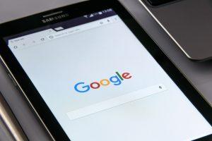 Según Roman, Google guarda no sólo las búsquedas que realizamos sino también aquellas que eliminamos del dispositivo.