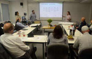 Los participantes del Master in Sustainable Business & Innovation Valentina, Teresa y José Ramón durante la presentación de su proyecto final ante el jurado de EADA.