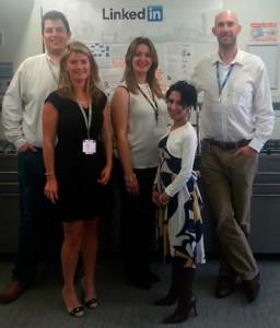 La representante de EADACareers, Mª Cristina González, en el centro de la foto junto a varios miembros de Linkedin.