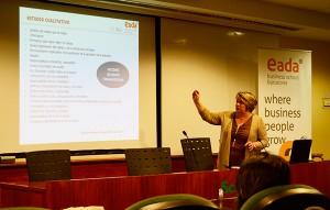 La profesora de EADA, Mari Pau González, planteó varias medidas de RSC para que las empresas se conviertan en organizaciones saludables.