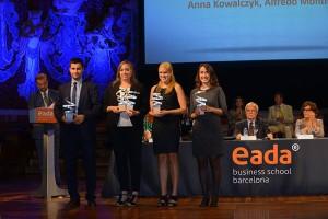 Imagen de cuatro participantes recogiendo uno de los Premios a los Mejores Proyectos.
