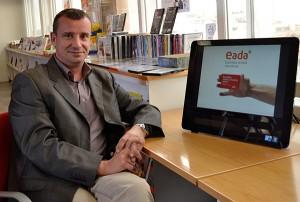 """El profesor de EADA, David Roman, junto a una de las imágenes de la campaña de comunicación """"Pastillas contra el dolor ajeno"""" de Médicos Sin Fronteras"""