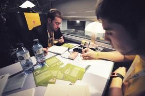 Imagen de la edición del año pasado en la que dos participantes están trabajando en su proyecto.