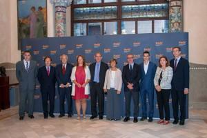Foto del director general de EADA, Miquel Espinosa (izquierda), junto al presidente y a los miembros del Patronato de la Fundación EADA.