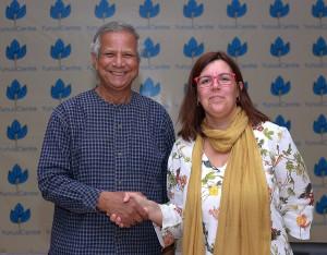 La Dra. Elisabet Garriga, directora del Corporate Sustainability Impact Centre de EADA, junto al Premio Nobel de la Paz Muhammad Yunus.