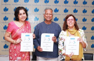 Imagen realizada en Dhaka tras la firma del convenio con la Dra. Elisabet Garriga, Muhammad Yunus y Lamiya Morshed, directora ejecutiva del Yunus Centre.