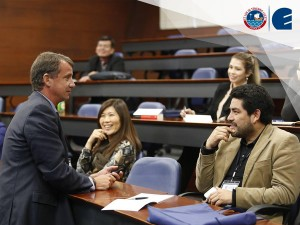 El Dr. David Roman, profesor de Marketing de EADA, durante su ponencia sobre marketing móvil en CENTRUM Católica, en el marco de su XI Semana Internacional.
