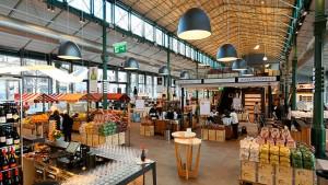 Algunas de las claves del modelo de negocio de EATALY son sus productos locales adquiridos sin intermediarios,su innovador concepto de tienda y su estrategia de huir de nichos de mercado.