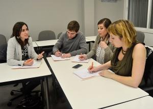 Los asistentes al taller, entre los que había recruiters i directores de Recursos Humanos, se dividieron en dos grupos y analizaron las competencias y roles que debe tener un HR-Business Partner.