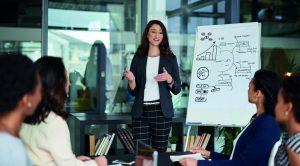 Según la profesora de EADA, Emma De Llanos, los nuevos mánagers deben adaptarse a los cambios constantes, tener capacidad de escucha y fomentar el intraemprendimiento.